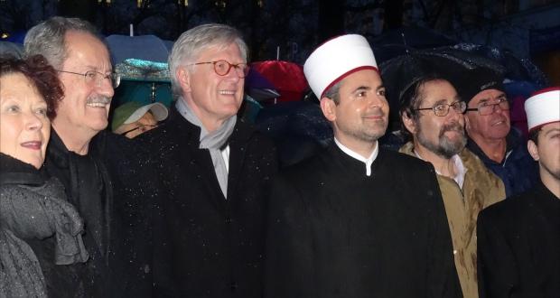 شتروم (الثالث من اليسار) خلال مشاركته بوقفة تضامن مع مسلمي ميونيخ بعد هجمات باريس