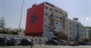 صورة معكوسة للعلم المغربي بأحد شوارع أكادير